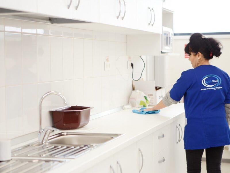 persoana curata bucataria